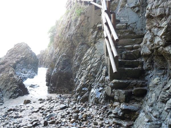 大御神社岩窟階段1
