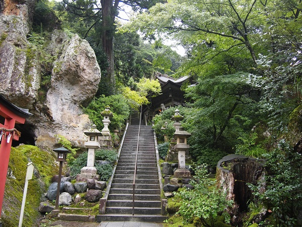 那谷寺本殿への石段