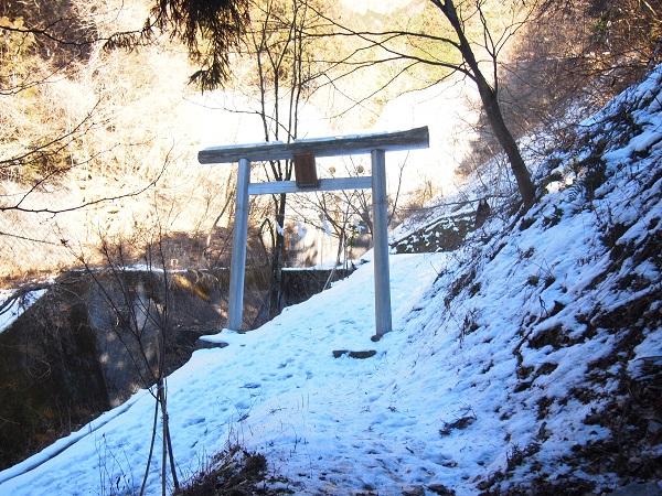 軍刀利神社奥ノ院への鳥居