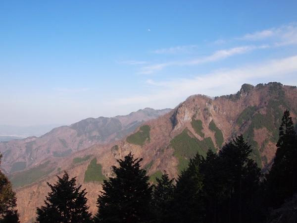 三峰神社から奥宮を望む