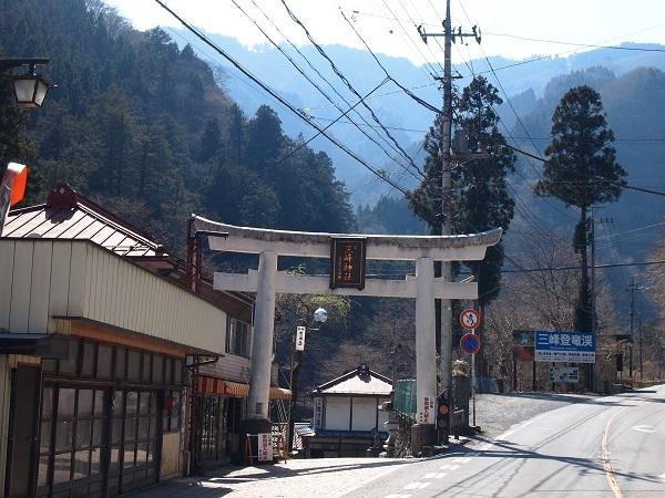 三峰神社位置の鳥居