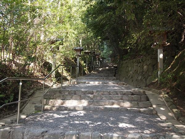 大神神社狭井神社への参道